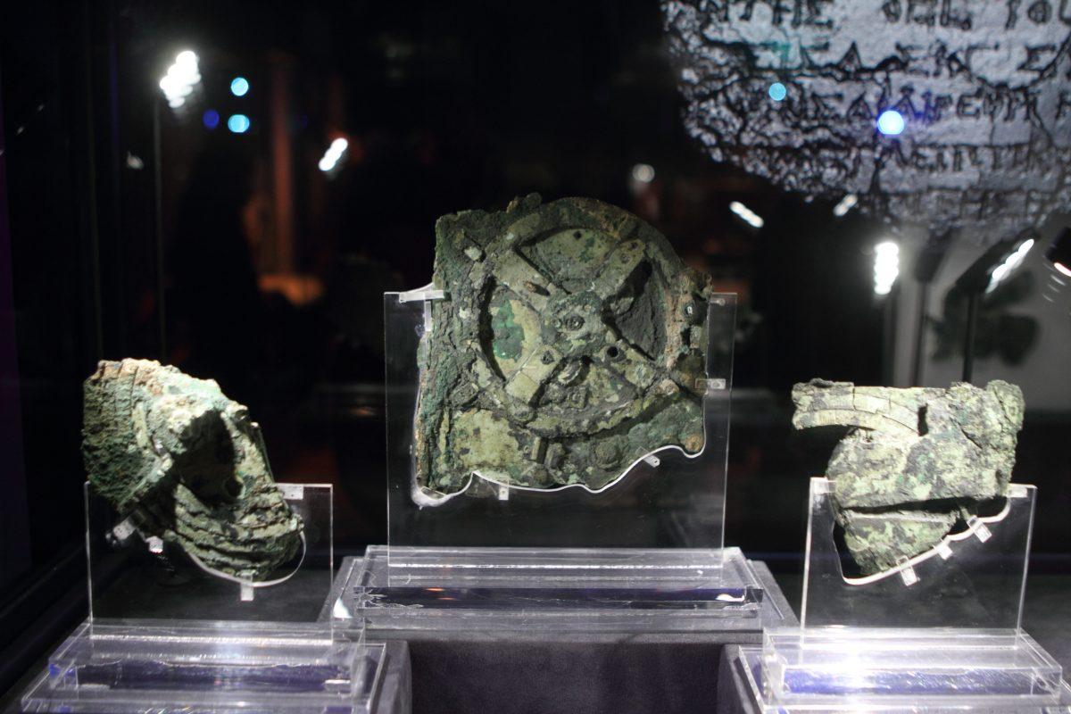 Der Mechanismus von Antikythera besteht aus mehr als 80 Fragmenten aus der Antike mit einer Vielzahl von Zahnrädern in ähnlicher Anordnung wie in einer Räderuhr. Der Mechanismus wurde 1900 von Schwammtauchern zusammen mit anderen Funden in einem Schiffswrack vor der griechischen Insel Antikythera, zwischen dem Peloponnes und Kreta, entdeckt. Foto: Andreas Neumeier/dpa