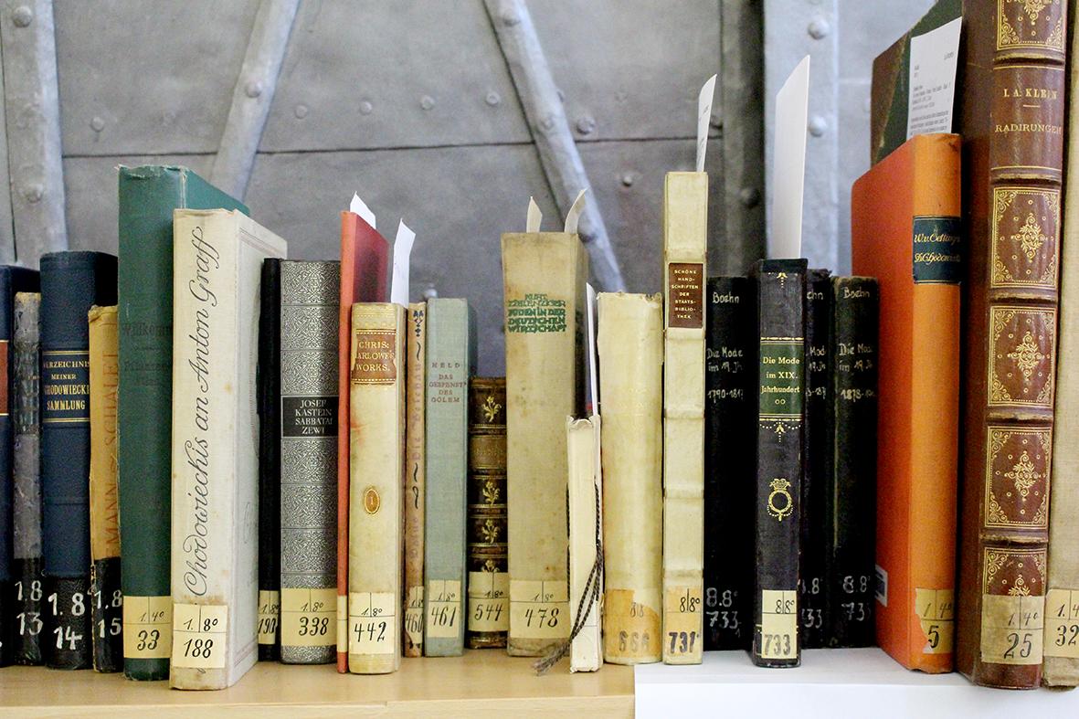 """In der Stadtbibliothek Bautzen wurden Bücher der jüdischen Unternehmerfamilie Edith und Georg Tietz wiederentdeckt. Dabei handelt es sich um NS-Raubgut, das bei der jüdischen Familie Tietz, Gründer der """"Hermann Tietz & Co. Warenhäuser"""" (HERTIE), von den Nazis beschlagnahmt wurde. Foto: Deutsches Zentrum Kulturgutverluste"""
