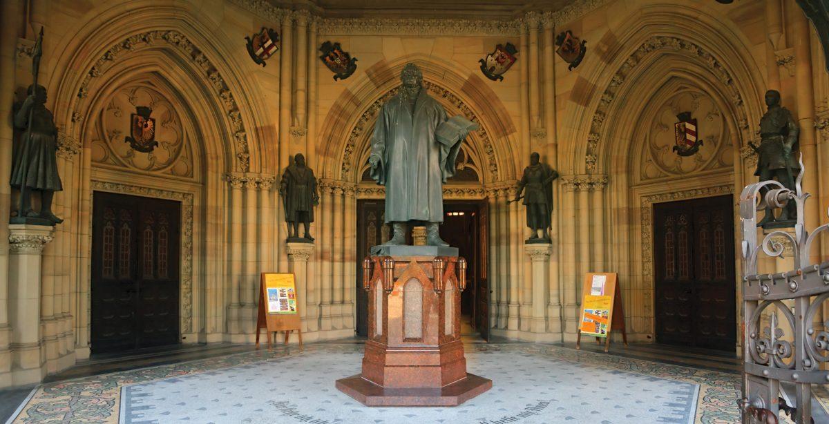 Die Gedächtnishalle der Gedächtniskirche zu Speyer, in der sich Luther und Philipp von Hessen gegenüberstehen. Foto: metopia