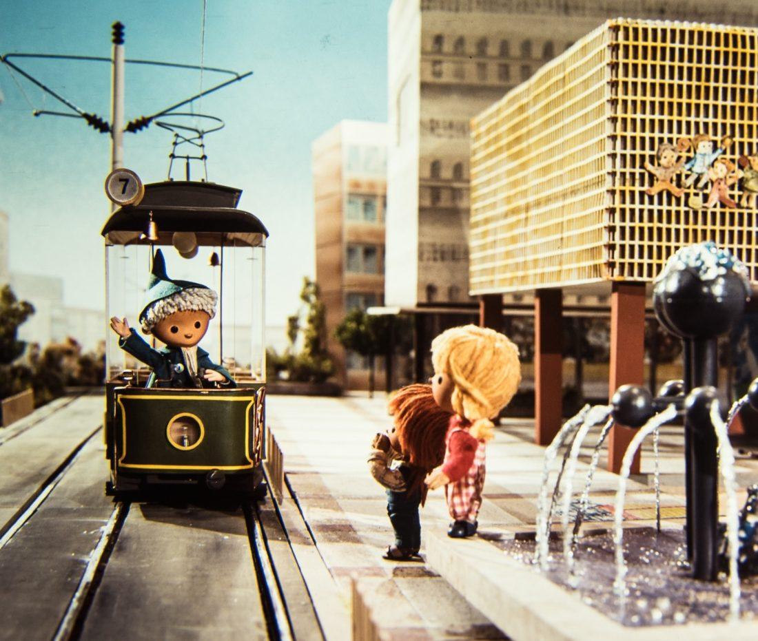 Der legendäre Sandmann in einer Folge in der Straßenbahn im heutigen Breiten Weg. Foto: Jesko Döring